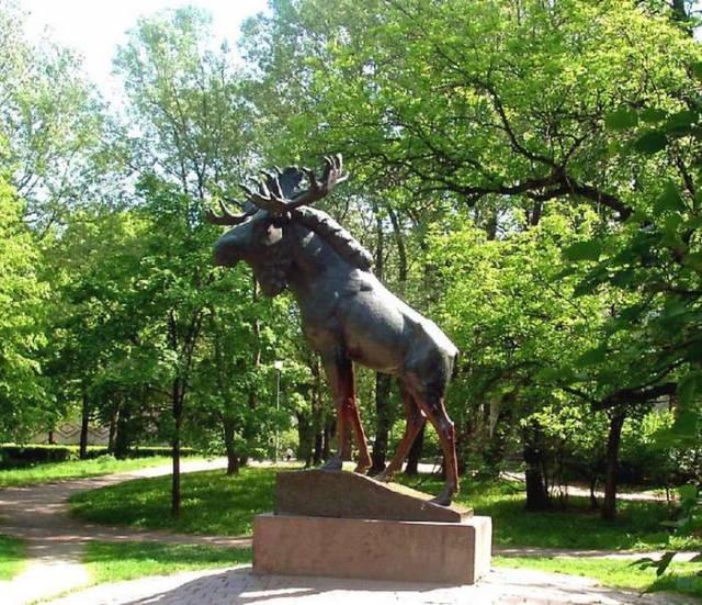 The moose sculpture