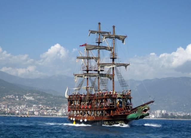 Прогулочное судно для катания туристов в  Аланья